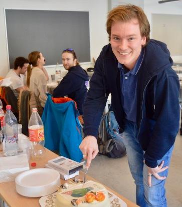 Styreleder Tobias Bjerkomp kutter i foreningens 10 års bursdagkake