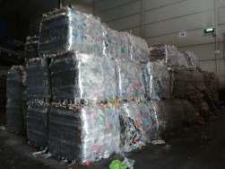 Sortert plast som er pakket og klart for videresending.